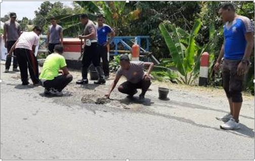 HUT Ke 64, Satlantas Polres Halsel Tambal Jalan Berlubang.