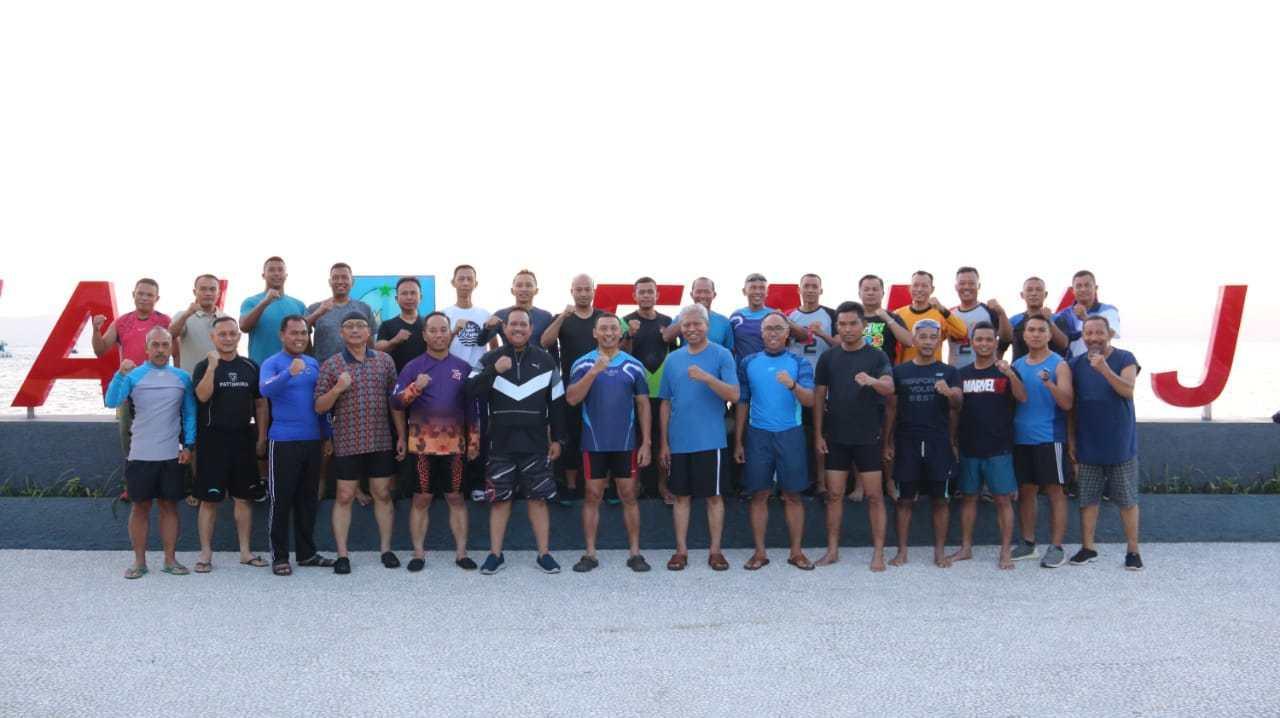 Perkuat Sinergitas, Polda Maluku Utara Renang Bersama Korem 152/Babullah