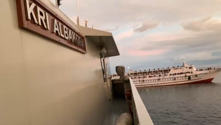 KRI Albakora-867 Evakuasi KM Sumber Raya 04 di Pulau Obi Halmahera